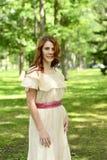 Portret van uitstekende roodharigevrouw in park stock afbeelding