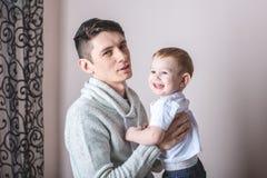 Portret van vader en van de zoon baby Vaderschap, liefde en bescherming van kinderen Familie en continuïteit van generaties stock afbeelding