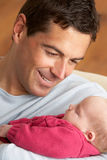 Portret van Vader met Pasgeboren Baby thuis Royalty-vrije Stock Foto's