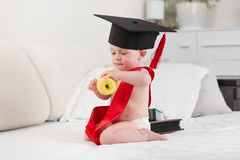 Portret van 10 van de babymaanden oud jongen in graduatie GLB en lint Royalty-vrije Stock Fotografie