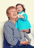 Portret van van de babymeisje en grootmoeder gestemd geel Stock Foto's
