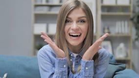 Portret van Verbaasd Gelukkig Jong Meisje dat door Gift wordt verrast stock video