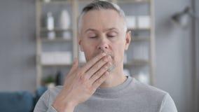 Portret van Verbaasd, Verrast Gray Hair Man Wondering stock video