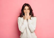 Portret van verbaasde jonge vrouw over roze achtergrond Royalty-vrije Stock Foto