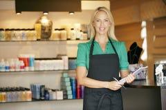Portret van Verkoopmedewerker in de Winkel van het Schoonheidsproduct Stock Fotografie