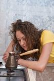 Portret van vermoeid meisje dat koffie voorbereidt Stock Afbeeldingen