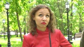 Portret van vermoeide jonge vrouw in rood leerjasje stock footage