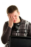 portret van vermoeide zakenman die laptop met behulp van Stock Afbeeldingen