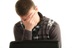 Portret van vermoeide zakenman die laptop, oogmoeheid met behulp van Stock Foto's