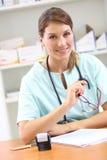 Portret van verpleegster op kantoor Stock Foto