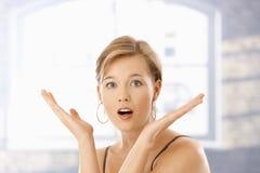 Portret van verraste jonge vrouw Stock Afbeeldingen