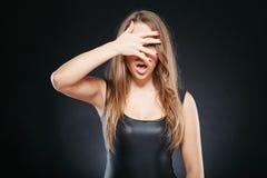 Portret van verraste vrouw over donkere achtergrond Royalty-vrije Stock Foto's