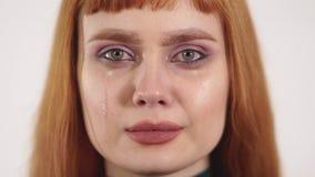 Portret van verstoord schreeuwend jong mooi wijfje met lang rood haar stock videobeelden