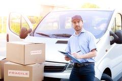 Portret van vertrouwens uitdrukkelijke koerier en leveringsbestelwagen royalty-vrije stock afbeeldingen