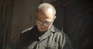 Portret van veteraantimmerman in beschermende glazen die in vervaardiging werken die worden geconcentreerd stock footage