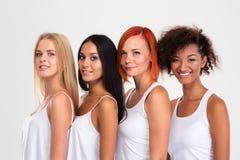 Portret van vier glimlachende multi etnische vrouwen stock fotografie