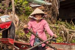 Portret van Vietnamese vrouw die een boot roeien Stock Fotografie