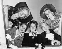 Portret van vijf jonge en vrouwen die neer glimlachen kijken (Alle afgeschilderde personen leven niet langer en geen landgoed bes Stock Afbeeldingen