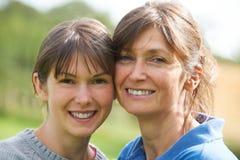 Portret van Volwassen Dochter met Moeder Stock Foto
