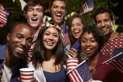 Portret van Vrienden bij vierde van Juli-de Partij van de Vakantiebinnenplaats stock fotografie