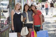 Portret van vrienden het winkelen Stock Afbeelding