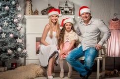 Portret van vriendschappelijke familie op Kerstmisavond Royalty-vrije Stock Fotografie