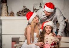 Portret van vriendschappelijke familie op Kerstmisavond Stock Foto