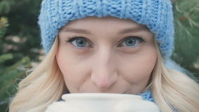 Portret van vrij blonde dranken een hete thee stock videobeelden
