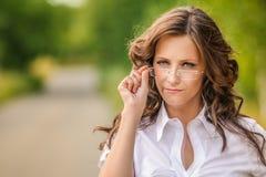Portret van vrij donkerbruine vrouw stock fotografie