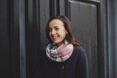 Portret van vrij glimlachende jonge vrouw Royalty-vrije Stock Foto's