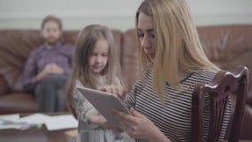 Portret van vrij het blonde vrouw werken met dicht omhoog tablet Meisje die niet succesvol de aandacht van proberen te krijgen stock videobeelden