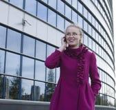 Portret van vrij het jonge bedrijfsvrouw spreken op telefoon Stock Afbeeldingen