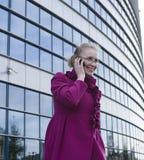 Portret van vrij het jonge bedrijfsvrouw spreken op telefoon Royalty-vrije Stock Foto's