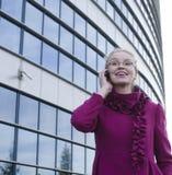 Portret van vrij het jonge bedrijfsvrouw spreken op telefoon Royalty-vrije Stock Fotografie