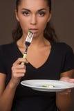 Portret van vrij jong meisje die cucambers eten Royalty-vrije Stock Afbeelding