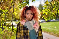 Portret van vrij jong meisje met rood haar stock afbeelding