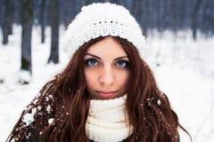 Portret van vrij jonge vrouw Stock Afbeeldingen