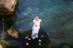 Portret van vrij jonge vrouw Het genieten van het van leven op het strand van het eiland Bekijkend het overzees, rotsachtige eila stock fotografie