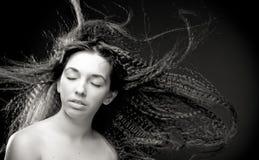 Portret van vrij jonge vrouw met krullend haar Royalty-vrije Stock Afbeelding
