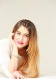 Portret van vrij jonge vrouw met lang haar stock fotografie