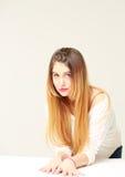 Portret van vrij jonge vrouw met lang haar royalty-vrije stock afbeeldingen