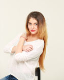 Portret van vrij jonge vrouw met lang haar royalty-vrije stock foto