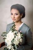 Portret van vrij jonge vrouw tegen grungeachtergrond stock afbeelding