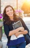 Portret van vrij Jonge Vrouwelijke Student Carrying Books op School Stock Afbeelding