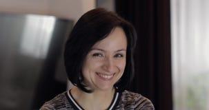Portret van vrij Kaukasische jonge donkerbruine vrouw die en gezichten glimlachen maken stock video