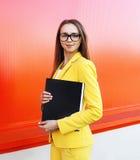 Portret van vrij modieuze vrouw in glazen, geel kostuum Royalty-vrije Stock Afbeeldingen