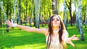 Portret van vrij vrouwelijke danser die in glamourkostuum in zonnig park presteren stock video