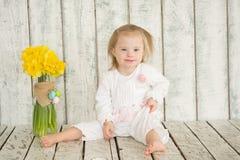 Portret van vrolijk babymeisje met Benedensyndroom royalty-vrije stock afbeelding