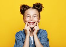 Portret van vrolijk glimlachend meisje op gele achtergrond stock afbeeldingen