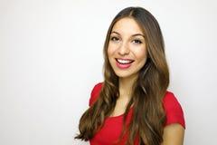 Portret van vrolijk mooi meisje met rode t-shirt Aantrekkelijke jonge vrouw die aan de camera op witte achtergrond kijken royalty-vrije stock foto